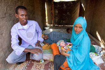 Kakuma  Kenia - Junge Fluechtlingsfamilie mit Baby im Fluechtlingslager Kakuma.