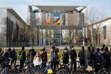 Berlin  Deutschland - Touristen und Besucher vor der Bannmeile am Bundeskanzleramt waehrend eines Staatsbesuchs.
