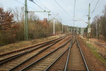 Berlin  Deutschland - Blick auf mehrgleisig verlaufende Bahnschienen aus einem fahrenden Zug in Berlin-Wuhlheide.