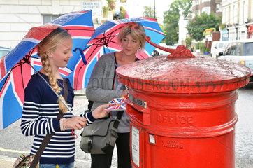 Touristen in London  Briefkasten