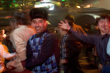 Kashgar  Maenner beim Tanzen | Kashgar  men at dancing