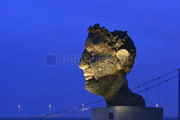 Deutschland  Nordrhein-Westfalen- Bronzeskulptur Echo des Poseidon in Duisburg-Ruhrort