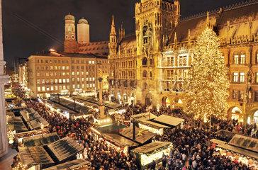 traditioneller Muenchner Christkindlmarkt auf dem Marienplatz  2010