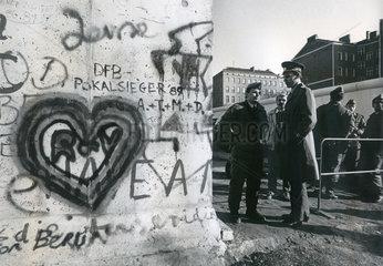 Maueroeffnung Berlin  Bernauer Strasse  1989