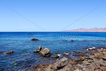 Lanzarotische Kueste und blauer Atlantik mit Bergen im Hintergrund  Kanarische Inseln  Spanien.