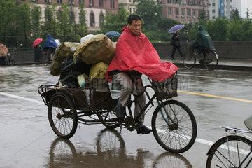 Shanghai  Radfahrer im Regen