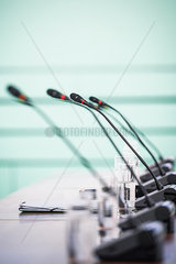 Mikrofone fuer Pressekonferenz