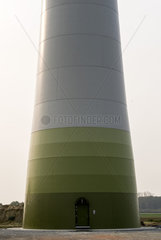 Socke und Turm einer Windkraftanlage