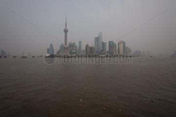 Shanghai  Blick ueber den Huangpu nach Pudong.