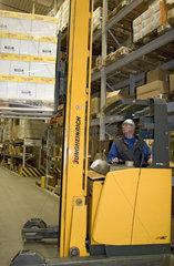 Aeltere Arbeitnehmer im Zentrallager der Rhenus Logistik  Gabelstaplerfahrer