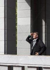 60-jaehriger Senior blickt an einem Herbsttag in Richtung Sonnenlicht