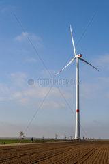 freistehender Windgenerator auf einem Feld im Sonnenschein