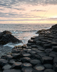 Giant's Causeway im Sonnenuntergang