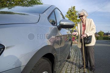 Rentnerin am Steuer