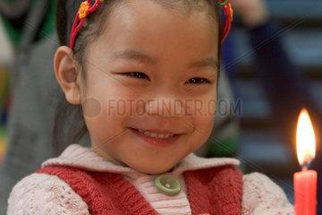 Urumqi  Nahaufnahme von einem kleinen Maedchen | Urumqi  close-up view from a little girl