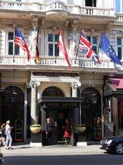 Eingang in das Hotel Sacher in der Philharmonikerstrasse im 1. Wiener Bezirk Redaktionell verwendbar  Pressefoto