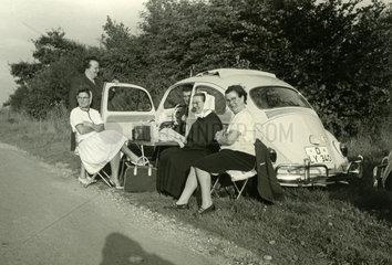 Picknick am Strassenrand mit VW Kaefer Cabrio  1963