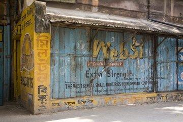 Kalkutta  Ein Laden der geschlossen hat.