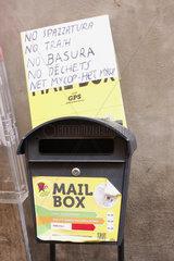Muell und Briefkasten in Rom