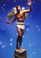 Mann Fluegel Engel Heiliger Podest Sternenhimmel