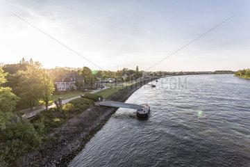 Promenade mit Biergaerten am Rheinufer