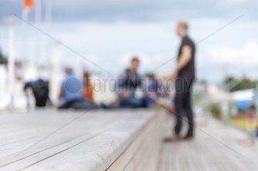 unkenntliche Personengruppe an der Strandpromenade Travemuende