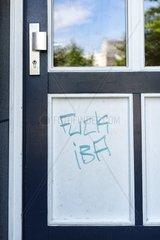 Protest gegen die IBA 2013 an einer Haustuer am Stuebenplatz in Wilhelmsburg  Hamburg  Deutschland