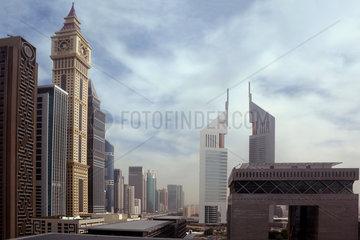 Dubai  Vereinigte Arabische Emirate  Dubai International Financial Centre mit den Emirates Towers