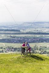 Radlerinnen mit Landkarte an einem Aussichtspunkt