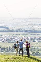 Wanderer mit Landkarte an einem Aussichtspunkt