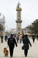 Warnemuende  Menschen auf der Strandpromenade vor dem Leuchtturm