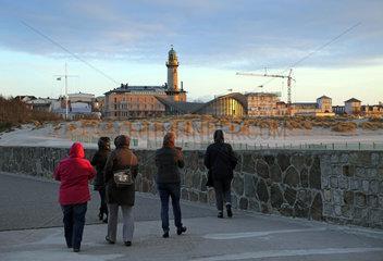 Warnemuende  Menschen auf der Westmole mit Blick auf den Leuchtturm und den Teepott