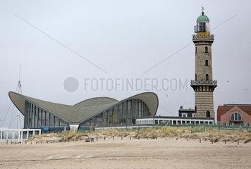 Warnemuende  Leuchtturm und Teepott an der Strandpromenade