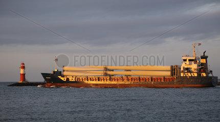 Warnemuende  Frachtschiff transportiert Teile einer Windkraftanlage