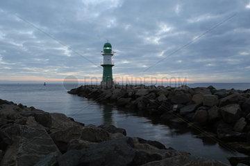 Warnemuende  Leuchtturm an der Westmole bei Daemmerung