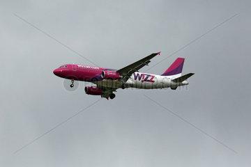 Hannover  Deutschland - Maschine der Fluggesellschaft Wizz Air in der Luft