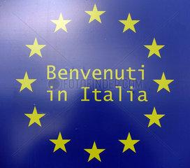 Ahlbeck  Deutschland - Schild Benvenuti in Italia mit den Sternen der Europaeischen Union