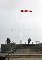 Warnemuende  Menschen bei starkem Wind auf der Westmole