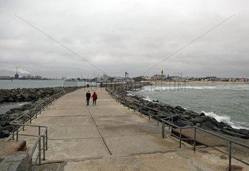 Warnemuende  Blick von der Westmole auf die Stadt und die Hafeneinfahrt
