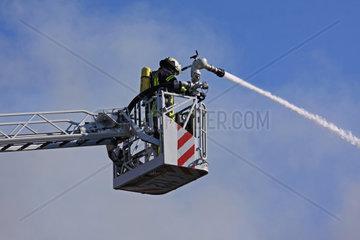 Feuerwehrmann auf Drehleiter