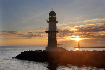 Warnemuende  Leuchttuerme an der Mole bei Sonnenaufgang