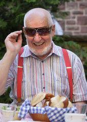 Rentner mit Sonnenbrille