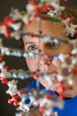 Studentin mit einem DNA-Modell