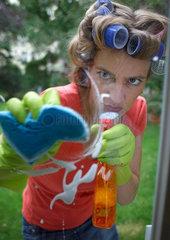 Frau beim Hausputz
