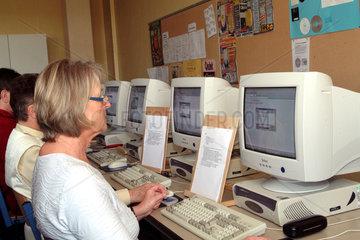 Senioren in einem PC-Kurs der Volkshochschule