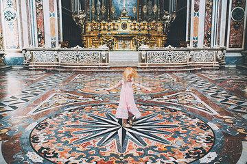 Tanzendes Maedchen in einer Kathedrale
