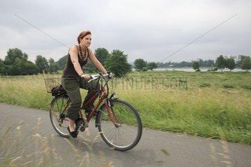 Frau faehrt Fahrrad
