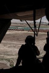 Soldat im Hubschrauber