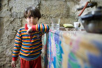 Kind in einer Kueche