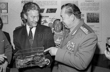 Bjoern Engholm besucht die sowjetische Truppen in Eberswalde